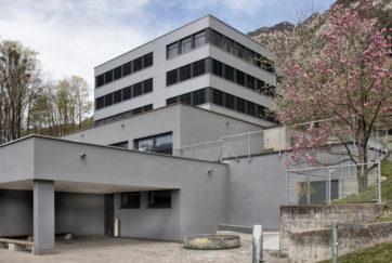 Schulhaus Gehren - Ansicht Süd - ARGE Herde Zurfluh - 1974 - Flüelen