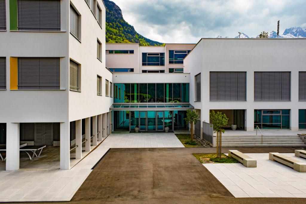 Schulhaus Gräwimatt - Ansicht Nord - Eggstein, Hans - 1974 - Schattdorf
