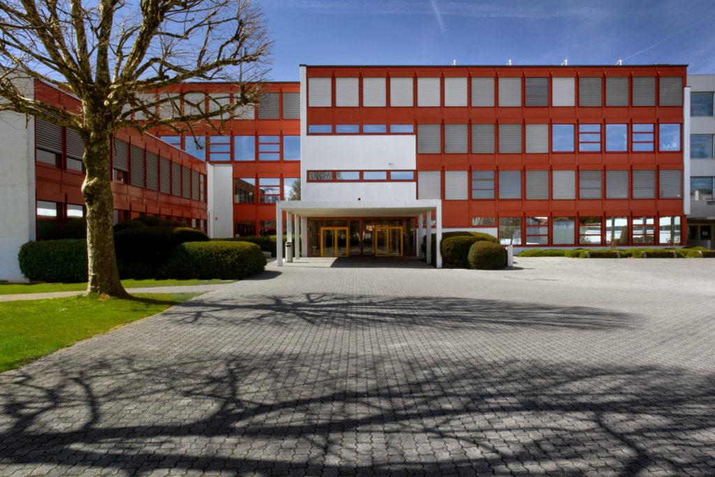 Mittelpunktschule - Ansicht Ost - Leuzinger, Rolf, Müller Bisig Architekturbüro AG - 1975 - Siebnen