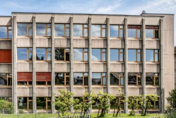 Schulhaus Kollegium - Ansicht West - Adelbert Stähli AG - 1982 - Nuolen